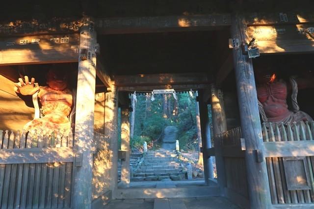 日向薬師の木像