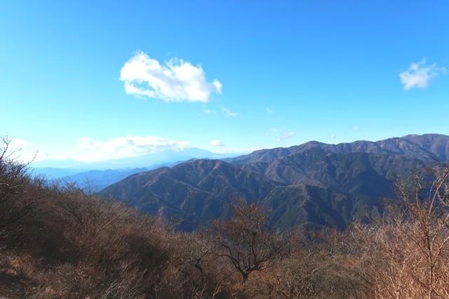 大山の山頂から見る丹沢山塊景色