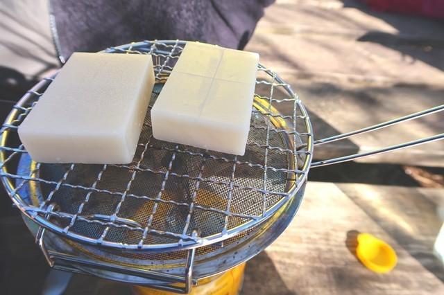 ユニフレームのミニロースターで切り餅2つ焼いている状態