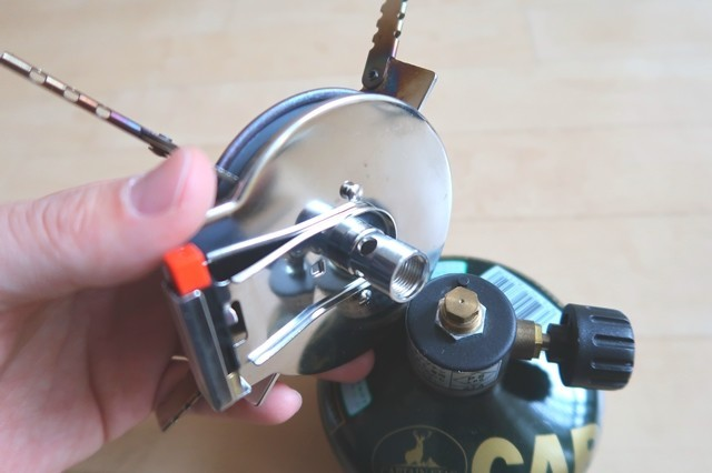 ガスボンベ(OD缶)にセットし五徳部分を装着させて完了