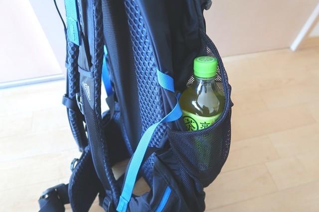 ザックのサイドポケットにペットボトルを入れた状態