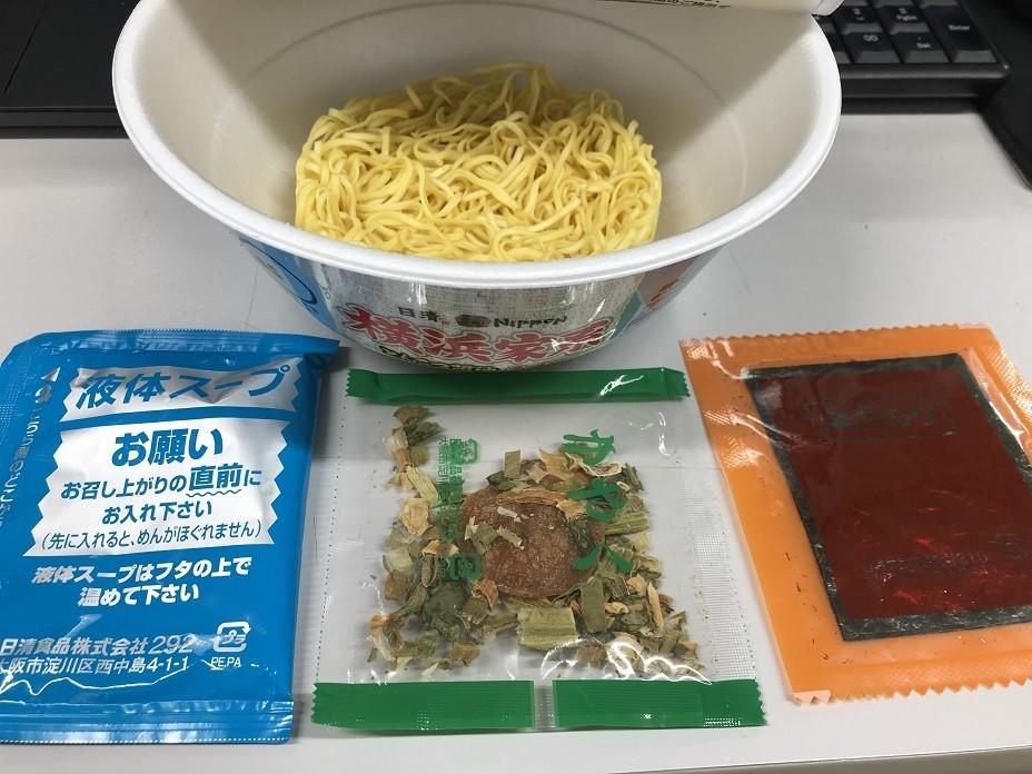 横浜家系とんこつ醤油ラーメンの麺と調味料、具材