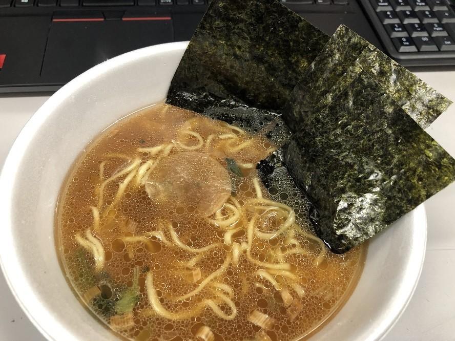 お湯を注いで5分待つと横浜家系とんこつ醤油ラーメンの完成