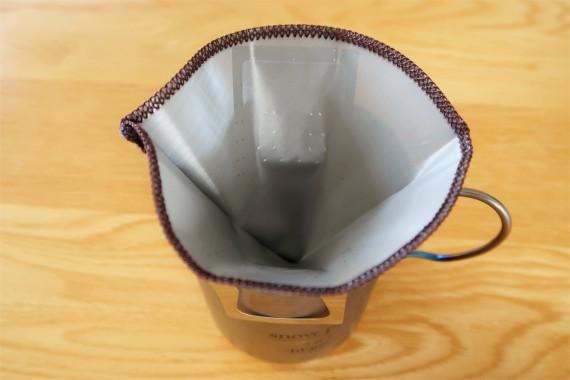 コーヒーフィルターを利用して雪で水を作る