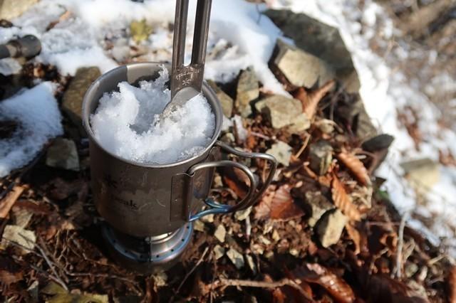 雪を解かして水を作っている途中の様子