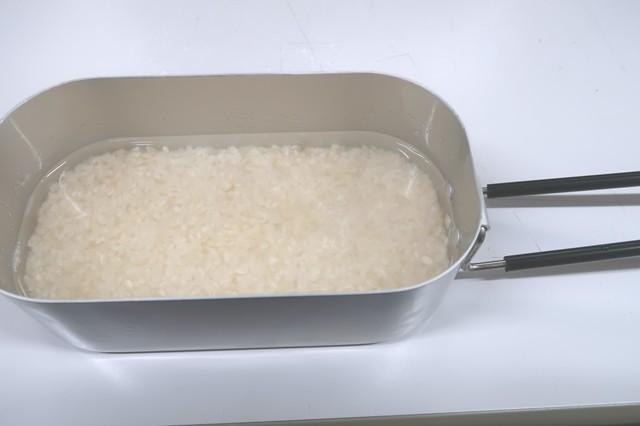 1時間ほどお米を浸水させたメスティンの様子