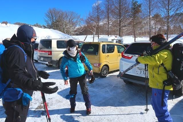 根子岳へ登る登山者
