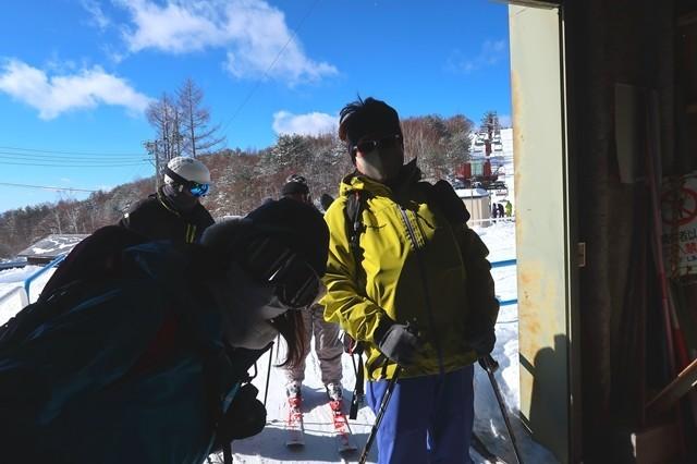 菅平高原奥ダボススノーパークのリフト乗り場で待つ根子岳登山者