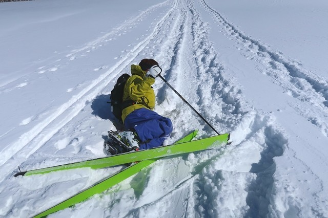 転倒したバックカントリーをしている登山者
