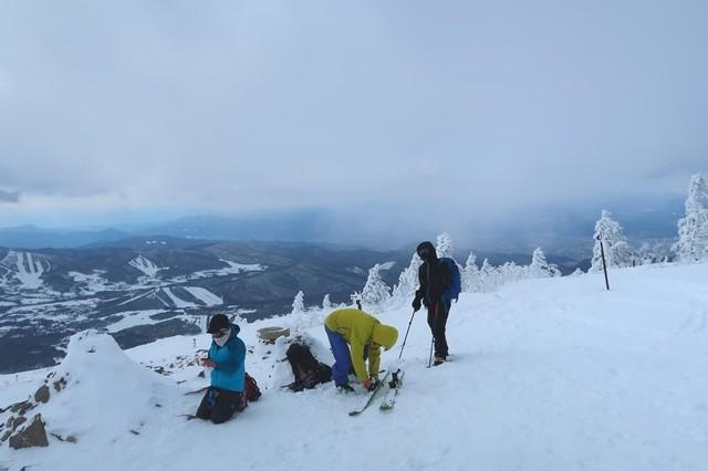 根子岳の山頂で休憩する登山者達