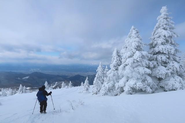 根子岳の山頂から菅平高原奥ダボススノーパークへ下山
