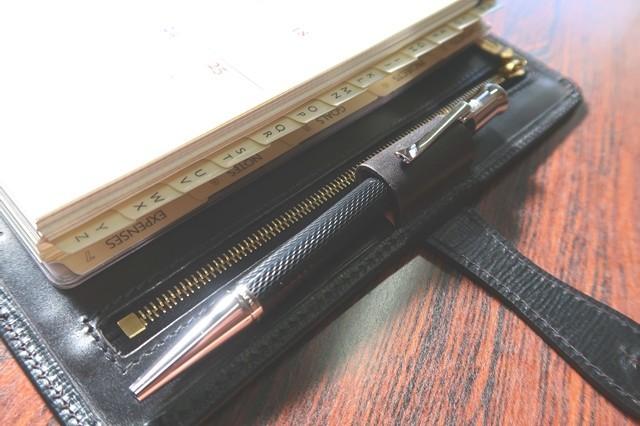 ホワイトハウスコックスシステム手帳にファーバーカステルのボールペン収納した様子