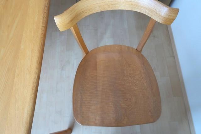 木の椅子にチチロバのゲルクッションを置いた状態