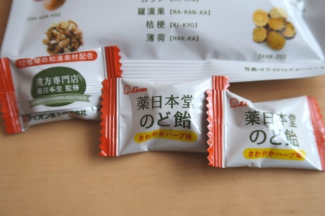薬日本堂のど飴が3粒ある