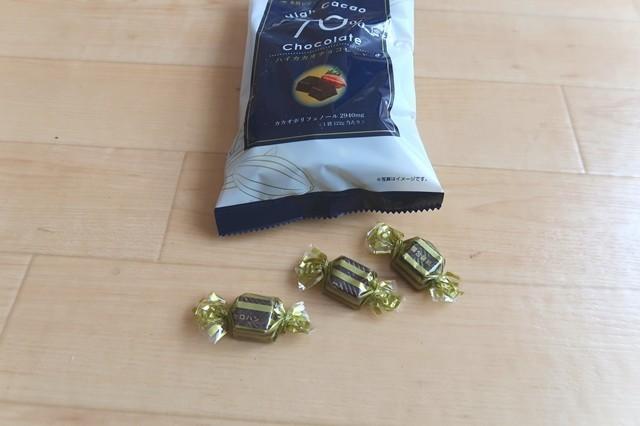 ハイカカオチョコレート70%を食べてレビューしている様子