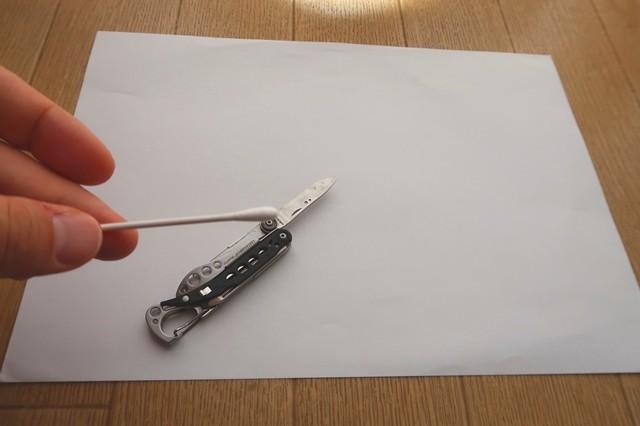 ツールナイフのメンテナンスで汚れ掃除