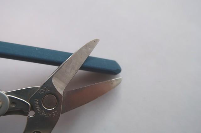 刃の部分を軽く擦って刃を研ぐ