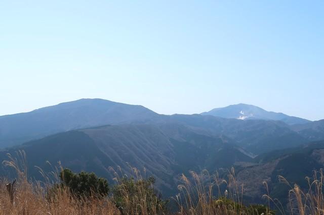 矢倉岳から左のなだらかな山が明神ヶ岳、真ん中奥が神山