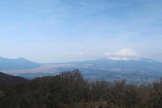 金時山の山頂から見る愛鷹山方面景色