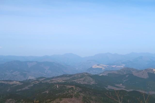 金時山の山頂から見る丹沢山塊の山並み