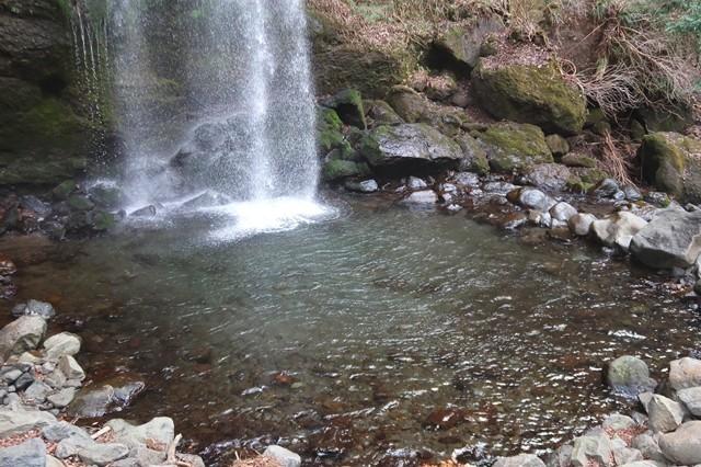 夕日の滝の滝つぼで水遊びできる