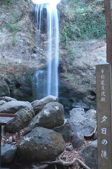 夕日の滝を滝見台から見た様子
