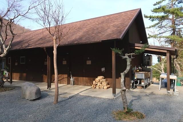 夕日の滝バンガローの管理棟と薪