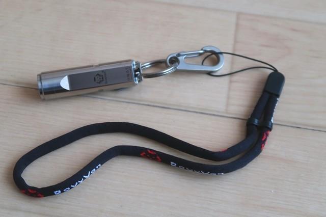 チタン小型ライトRovyVonにチタン製カラビナ、ストラップを装着した様子