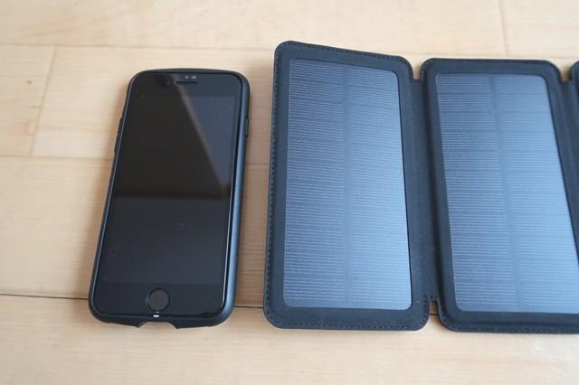 ソーラーバッテリー充電器とスマホとのサイズ比較
