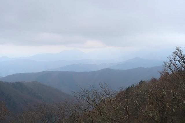 奥秩父主脈縦走路から天平尾根(でんでいろおね)と大菩薩嶺の景色