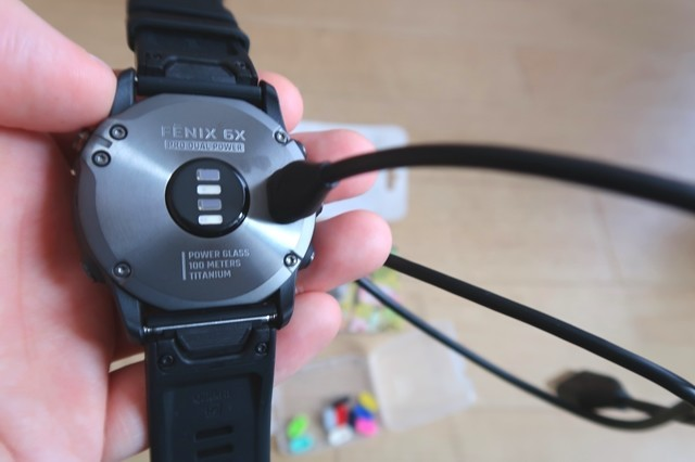 ガーミンのGPS腕時計充電の様子
