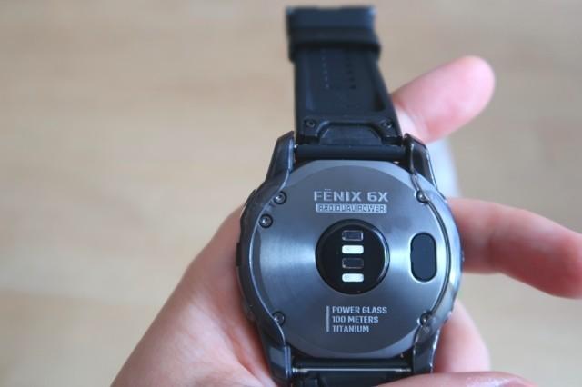 GPS腕時計に傷予防ケースが装着されている裏側の様子