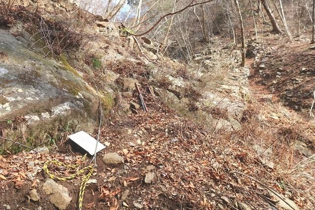 滑落しそうな登山道