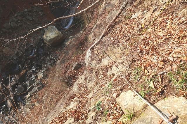 三つ峠北口登山道の核心部にワイヤーロープがある