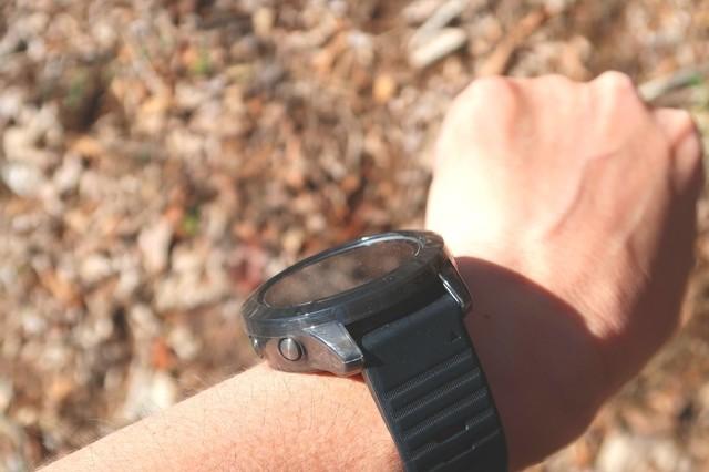 登山中に太陽光をソーラー腕時計に当てて充電している様子