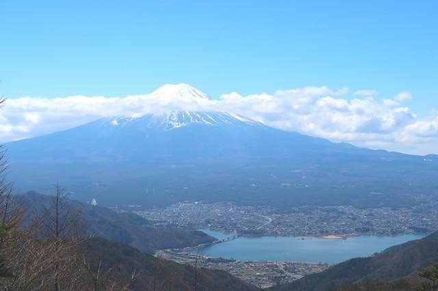 御坂峠からの富士山と河口湖の景色