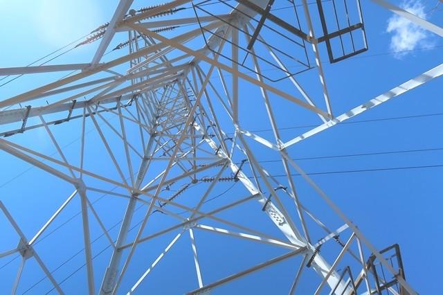 鉄塔の真下に清八山登山ルート