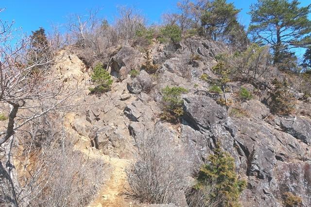 本社ヶ丸への登山道岩場の様子