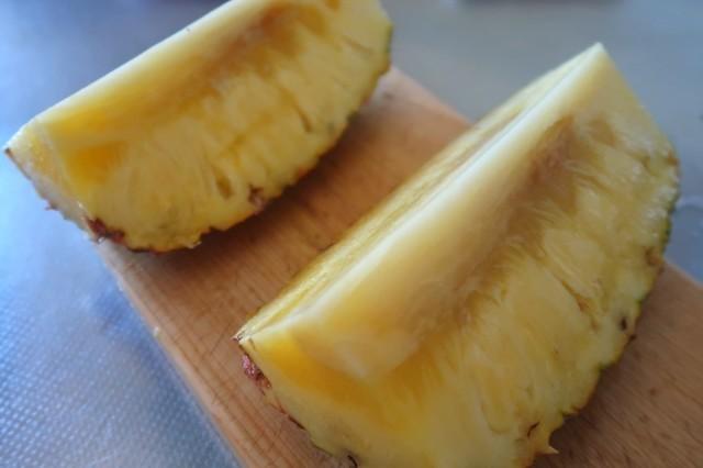 半分にカットした台湾産パイナップル