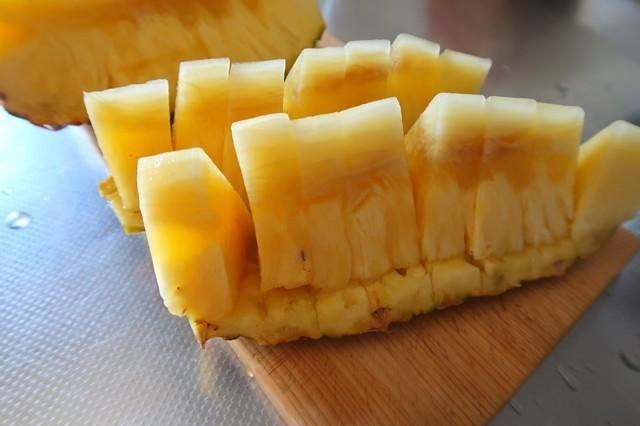 パイナップルの皮と実の部分に包丁を通し2cm前後でカット