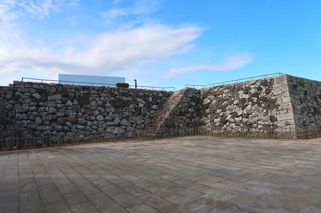 野面積みの石垣の様子