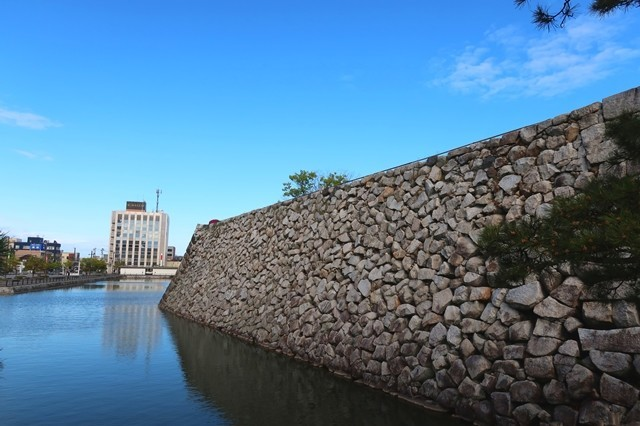 富山城のお堀の様子を観光している