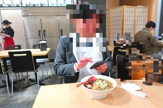 麵バルプライドの富山ブラックを食べる同僚