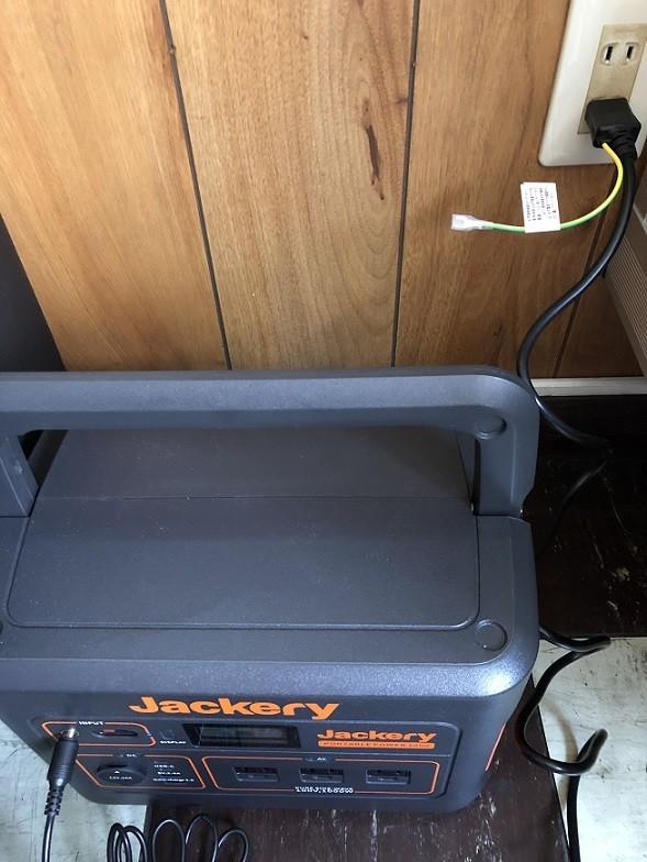 コンセントに差し込んでJackeryポータブル電源のINPUTに端子を装着