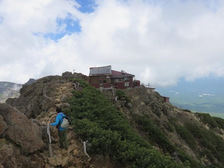 赤岳の山頂から見た赤岳頂上山荘と歩く距離