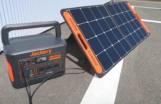 Jackeryソーラーパネル100の端子をJackeryポータブル電源へ差し込んでいる様子