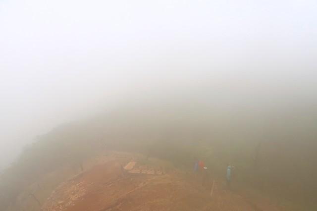 濃霧の登山道