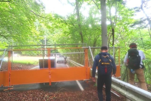 大瀬戸トンネル周辺のゲートと登山者