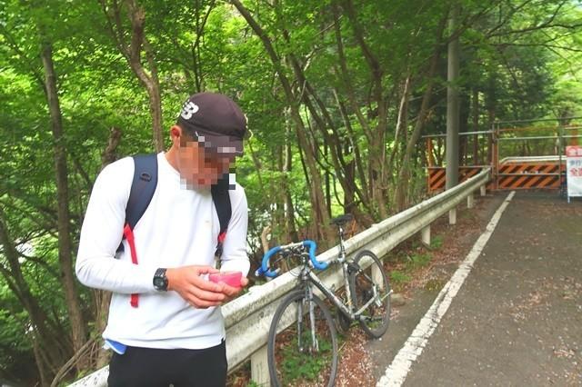 神ノ川ヒュッテから檜洞丸を登る登山者