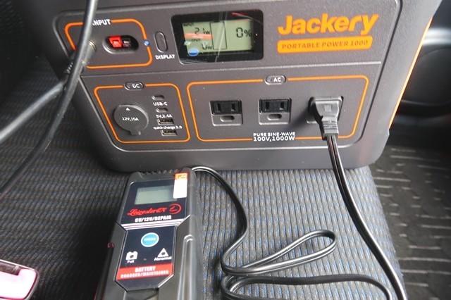 バッテリー充電器を使って充電の様子